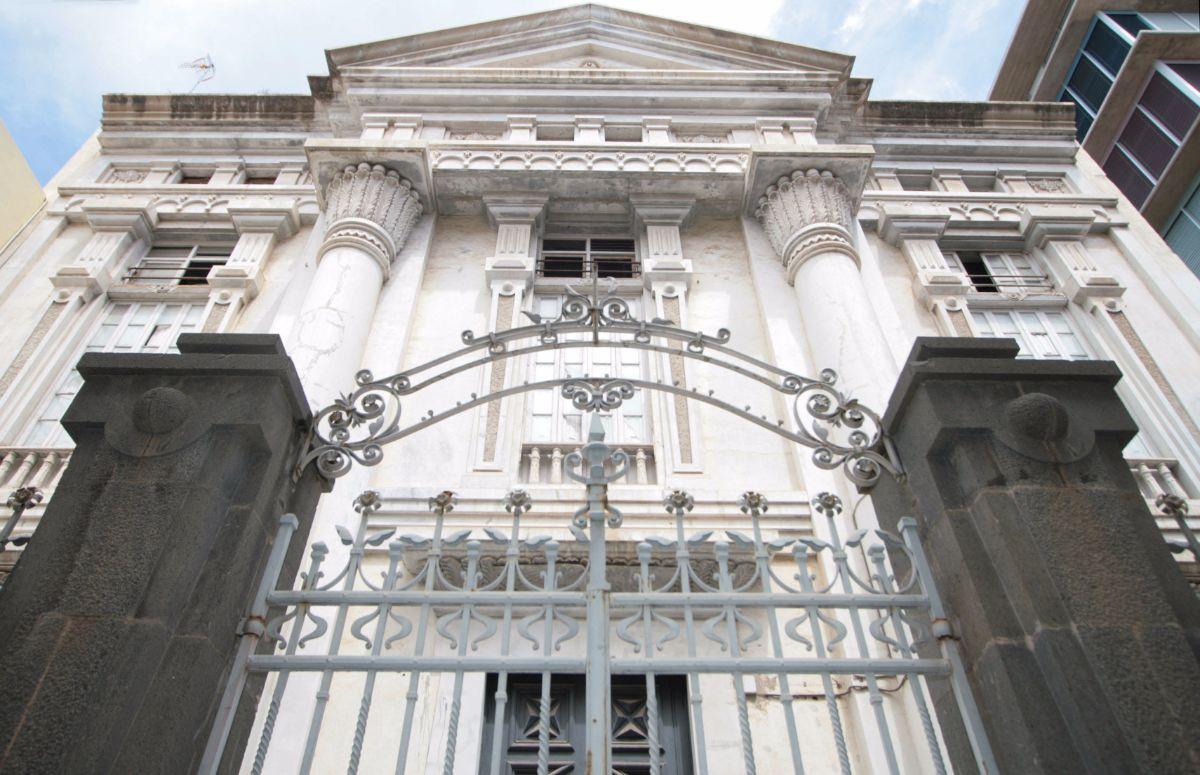 El proyecto de restauración del Templo Masónico, uno de los edificios más singulares de Santa Cruz de Tenerife, vuelve a sufrir un nuevo retraso con esta medida. Fran Pallero