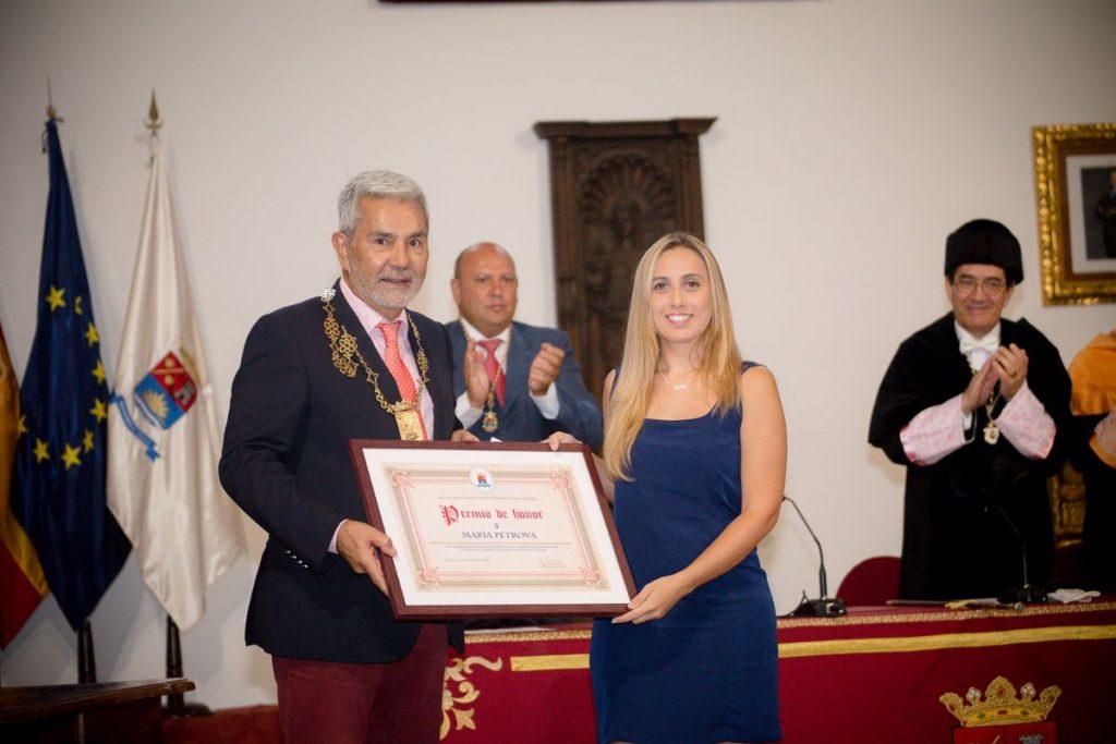 María Petrova, mejor expediente académico, recibió el reconocimiento y la beca del Ayuntamiento adejero. DA