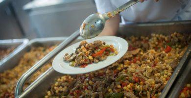 El cuscús es uno de los platos internacionales que se elaboran en las cocinas del CEIP San Luis Gonzaga. Fran Pallero