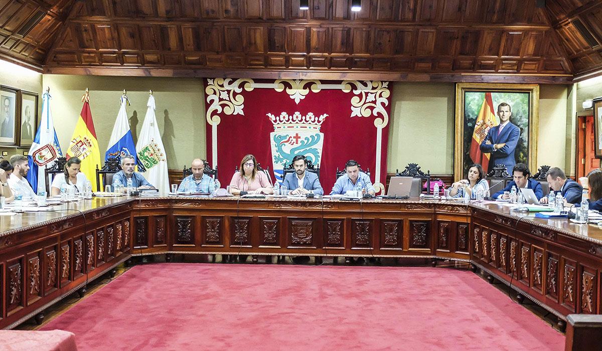 Los grupos políticos acordaron un receso que superó los quince minutos antes de aprobar la cesión de terrenos al Cabildo para construir la nueva estación de guaguas. DA