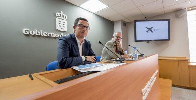 El vicepresidente del Gobierno de Canarias, Pablo Rodríguez, comparece junto al autor del informe sobre el abaratamiento de los vuelos con la Península, Germán Blanco. DA