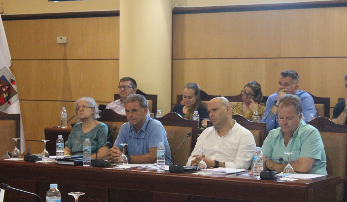 Fernando Alduán, concejal de Urbanismo, segundo por la izquierda en la parte inferior, gran protagonista del pleno de ayer. DA