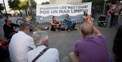 Imagen parcial de la asamblea de ayer; en el recuadro, el portavoz de ADNT Gran Canaria, José Docampo. Fran Pallero