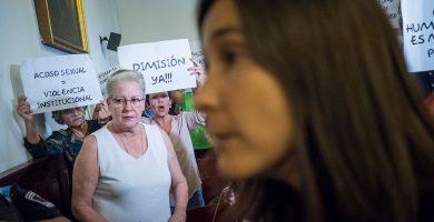 Mónica Martín (PSOE) pasa delante de los vecinos que protestaban por el caso Zebenzuí el pasado día 15. A. G.