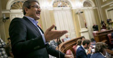 El líder de Nueva Canarias, Román Rodríguez, durante una intervención parlamentaria. Fran Pallero