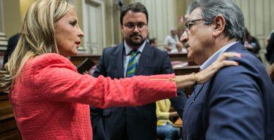 Asier Antona y Román Rodríguez, con Australia Navarro en el Parlamento de Canarias. Andrés Gutiérrez