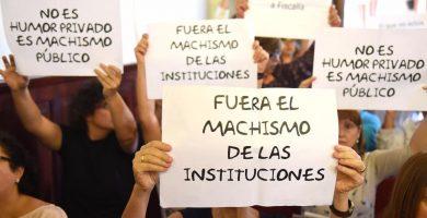 Ciudadanos portan pancartas de rechazo a González Zebenzuí y a sus mensajes exigiendo su dimisión en el pleno de hoy sábado | Sergio Méndez