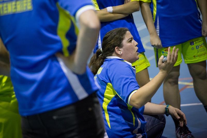 María Sosa da instrucciones a sus jugadoras durante un encuentro como local del Adareva| Andrés Gutiérrez