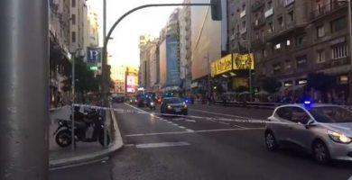 La Gran Vía de Madrid cortada por un coche sospechoso