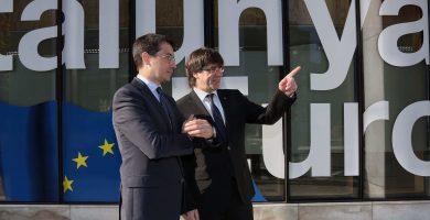 Puigdemont con el representante de la Generalitat ante la UE, Amadeu Altafaj, durante su visita a Bruselas de 2016