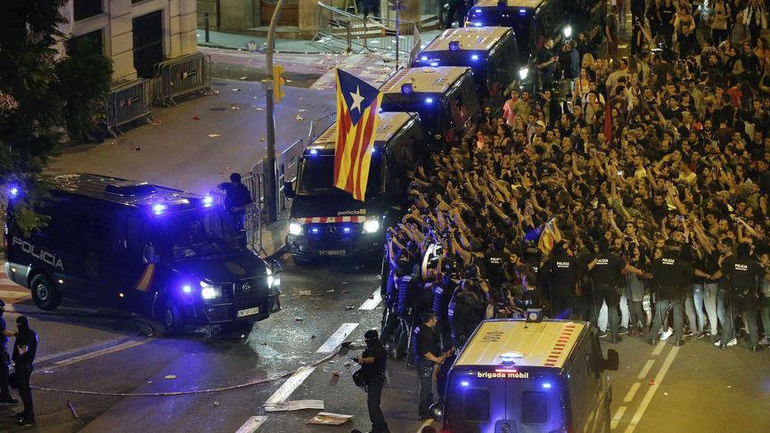 Polic as que viven en catalu a ofrecen sus casas a los agentes por la persecuci n en sus hoteles - Pueblos de espana que ofrecen casa y trabajo 2017 ...