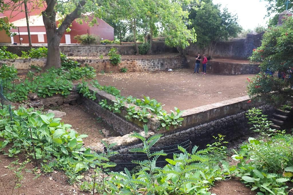 Aunque la fuente ahora esté seca en invierno,                siempre se llena de agua con las lluvias que alimenta los manantiales. Sergio Méndez