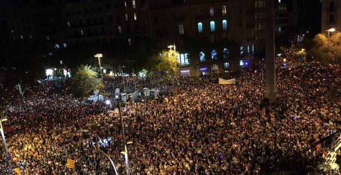 Miles de personas piden la libertad de los 'Jordis' en Barcelona
