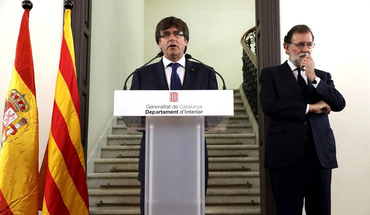 Carles Puigdemont y Mariano Rajoy, durante su comparecencia conjunta tras los atentados del pasado agosto en Barcelona. Efe