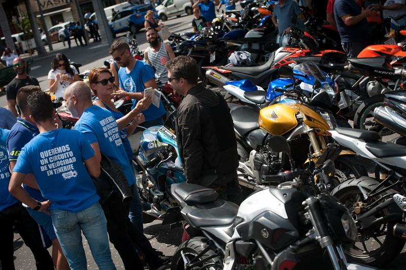 Concentración en la Plaza de España para reivindicar la construcción del Circuito de Velocidad de Tenerife. | Fran Pallero