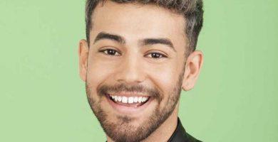 Agoney tiene 21 años y es natural de Adeje (Tenerife), donde reside con sus padres. Estudió bachillerato en Artes Escénicas y actualmente es cantante en un hotel de Tenerife.
