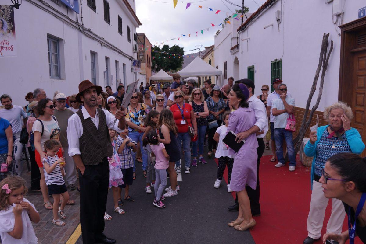 Las rutas teatralizadas por el casco antiguo de Arona fueron una de las          actividades que ayer despertaron mayor interés entre los miles de visitantes que acudieron a la convocatoria municipal. Jesús Brito