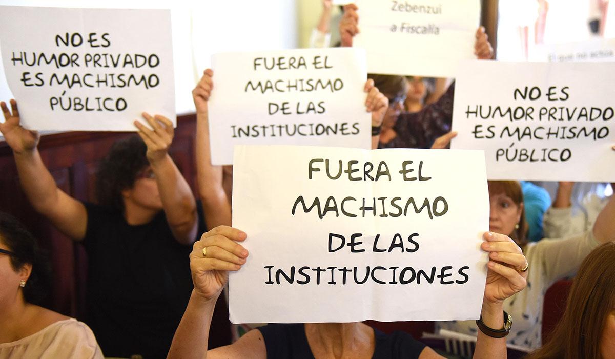 Un centenar de vecinos volvieron a protestar por los textos machistas y vejatorios para la mujer enviados por WhatsApp por Zebenzuí González. Sergio Méndez