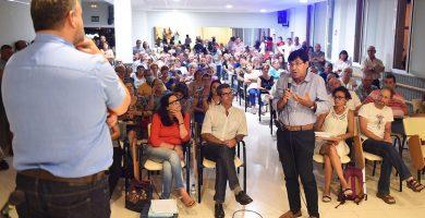 Un vecino, planteando una de las dudas al alcalde, ayer, en la asamblea de Valle de Guerra. Sergio Méndez
