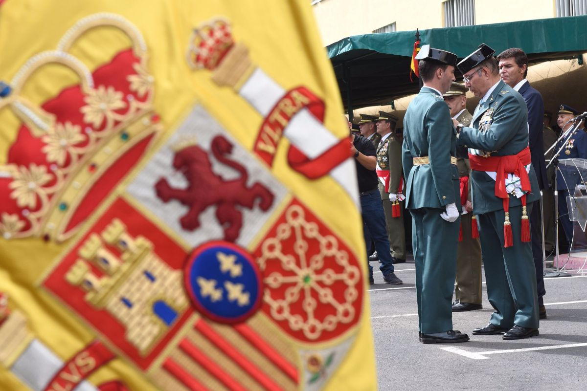 Durante el acto, celebrado ayer en Ofra, se impusieron condecoraciones y se celebró el tradicional homenaje a los caídos por España. Sergio Méndez