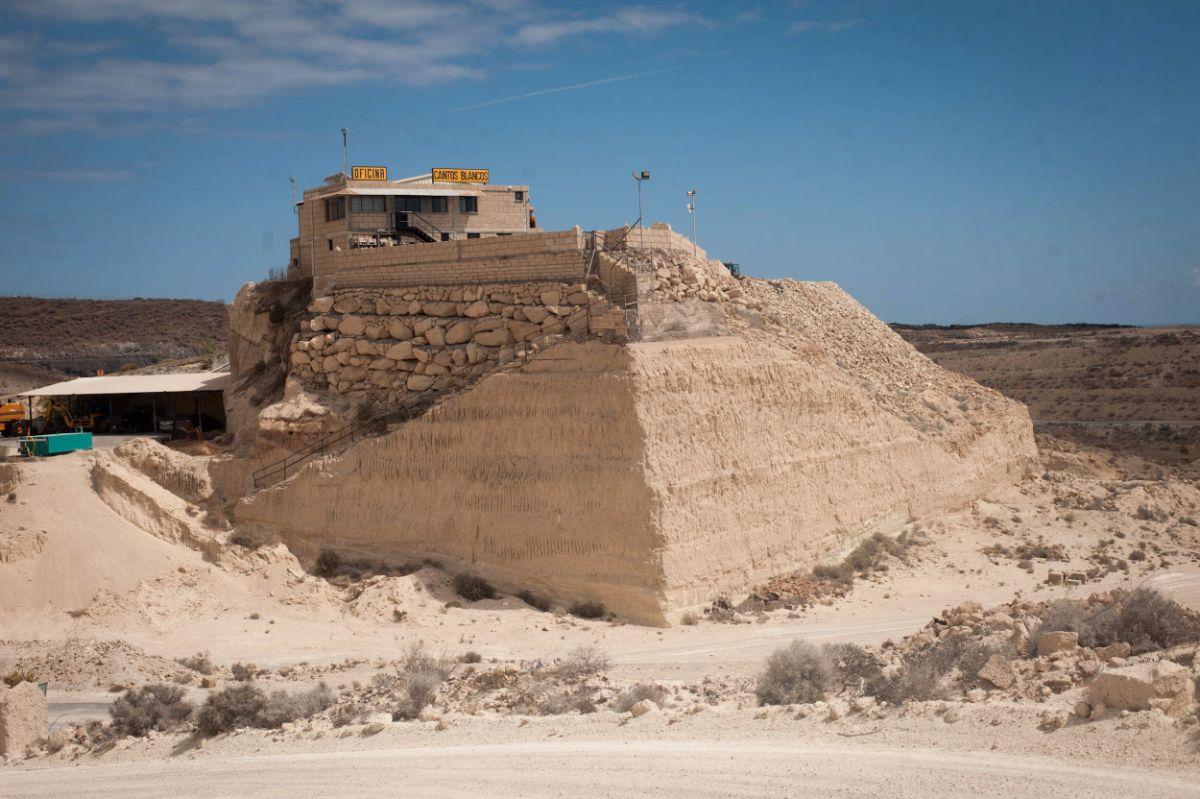 La sede administrativa y de exposición de Cantos Blancos se encuentra en lo alto de una montaña ya horadada, en medio de los terrenos del antiguo PIRS, en Arico. Fran Pallero