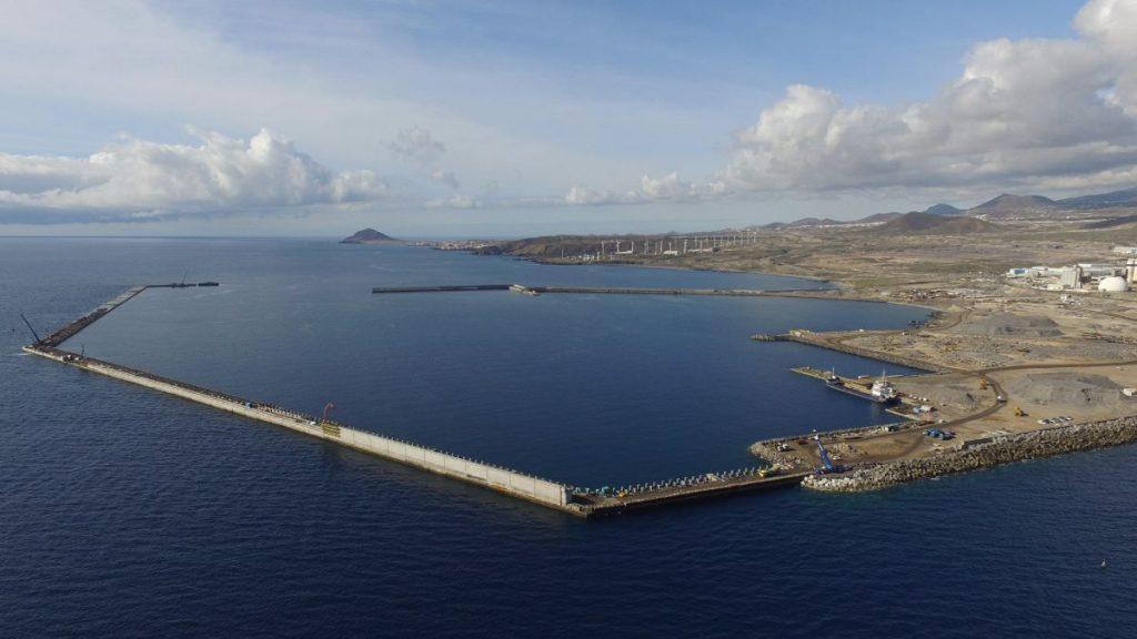 El expediente para la construcción de la planta regasificadora en el puerto de Granadilla, a punto de inaugurarse, se inició hace la friolera de 17 años, en 2000. DA