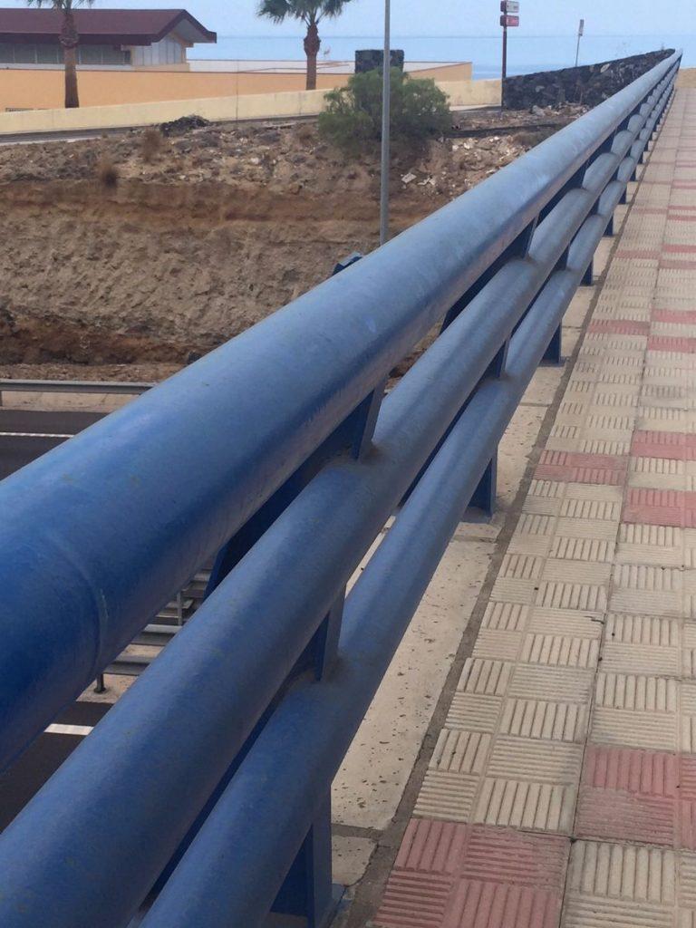 Puente que transitan alumnos del colegio Príncipe Felipe y el IES Santa Ana. DA
