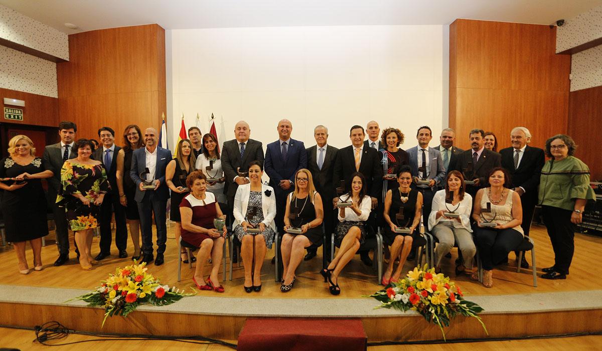 Los premiados y los alcaldes del Sur, en la foto de familia, el pasado viernes en San Isidro. DA