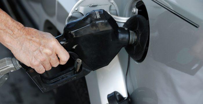 Van de marcha, se quedan sin gasolina y la roban de otros coches