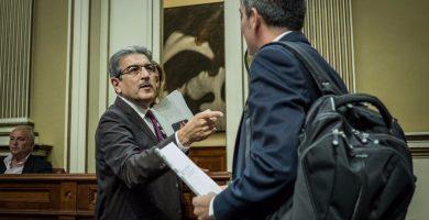 Román Rodríguez (NC) interpela a Fernando Clavijo (CC) | Foto: Andrés Gutiérrez
