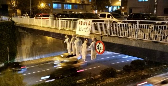 Muñecos colgados de un puente en Pamplona con la foto de 'la manada'