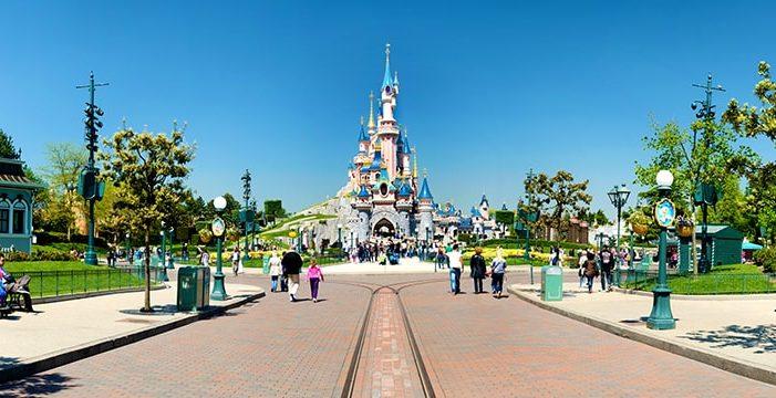 Una niña le 'roba' el PIN de la tarjeta a su padre y compra un viaje a Disneyland París
