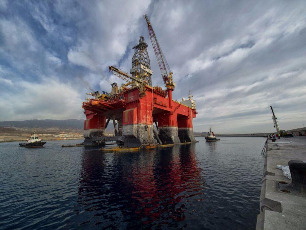 Momento en que la plataforma West Leo, de la compañía Sea Drill, se disponía ayer a realizar la maniobra de atraque en el nuevo puerto industrial de Granadilla. Autoridad Portuaria