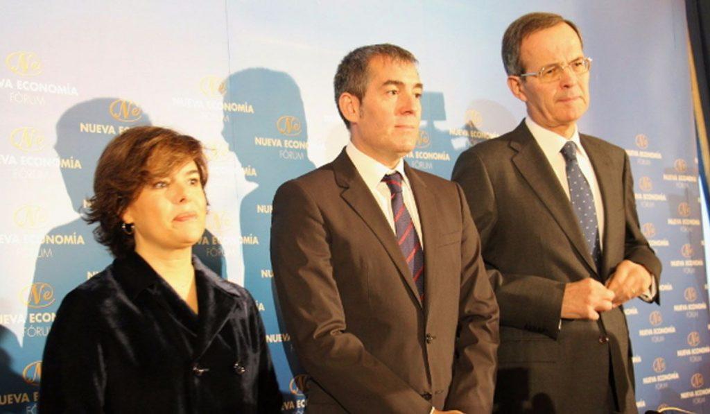 El exalcalde lagunero y hoy presidente del Ejecutivo regional, junto a la vicepresidenta estatal, Soraya Sáenz de Santamaría, ayer en Madrid. Foro Nueva Economía