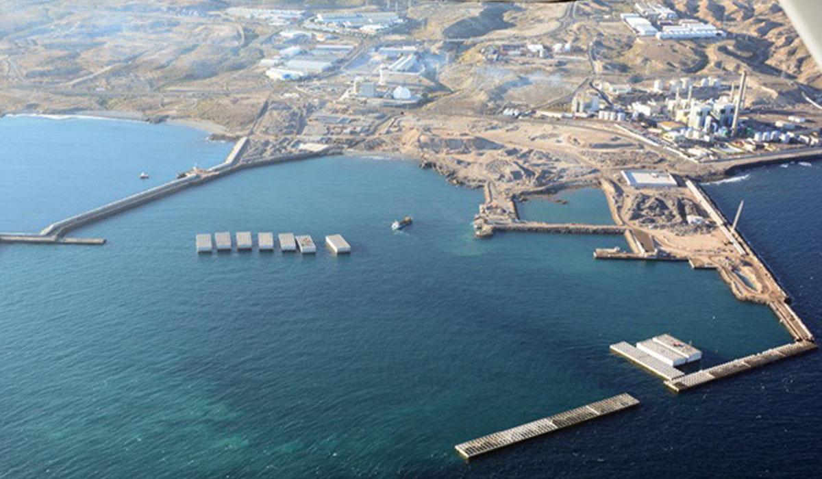 Dos imágenes aéreas del puerto industrial de Granadilla en las que se aprecia la evolución de las obras en el último año. Autoridad Portuaria
