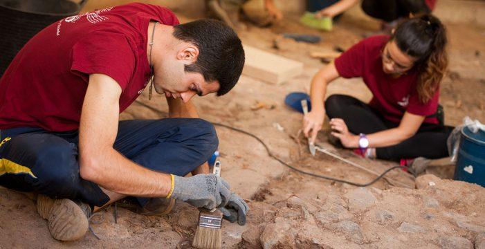 Encuentran un antiguo suelo bajo los restos de la plaza de la Catedral