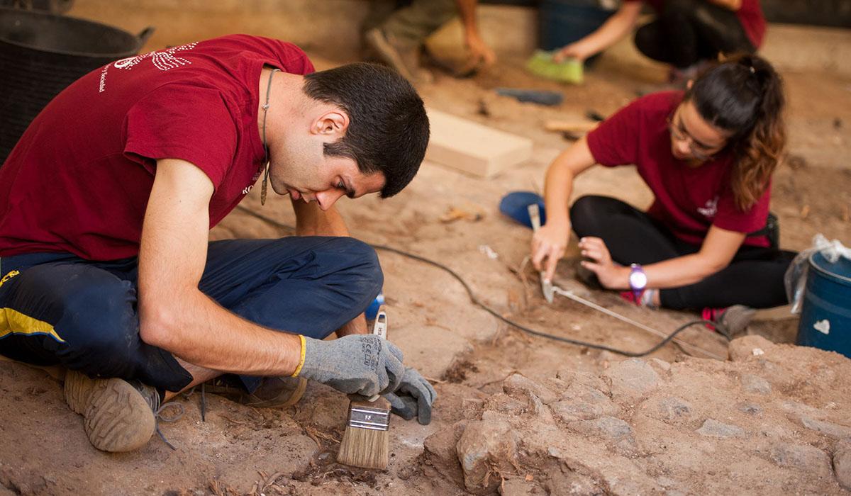El equipo arqueológico, trabajando en los restos de la plaza. Fran Pallero