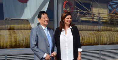 El empresario chino Marco Wang, junto a la alcaldesa Luisa Castro, ayer en Pirámides de Güímar. DA