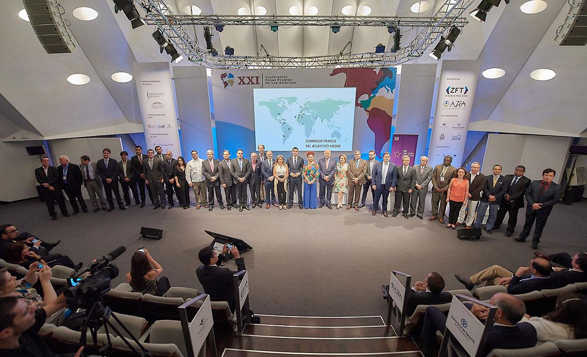 Imagen con representantes de todas las zonas francas tras la firma y adhesión al proyecto del Corredor Franco.