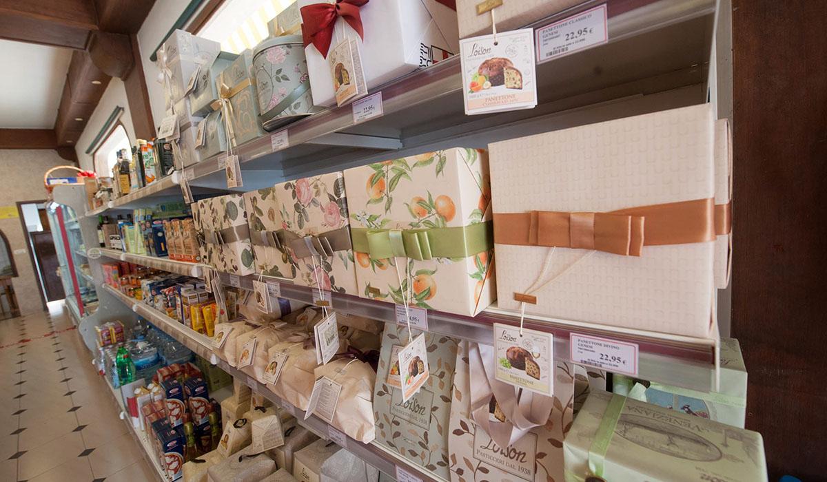 Las pizzas o las lasañas recién hechas, los panetones para Navidad o la colección de vinos, algunos de los atractivos de Eat Italy. Fran Pallero