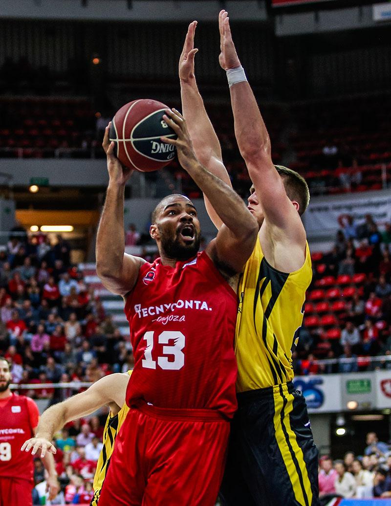 Neal intenta superar a la defensa del Canarias. ACB Media