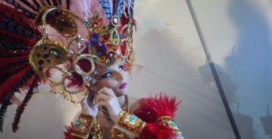 Saida Prieto ultima los complementos de su fantasía momentos antes de la Gala de la Reina del Carnaval de 2013; poco después sufrió el accidente. Fran Pallero