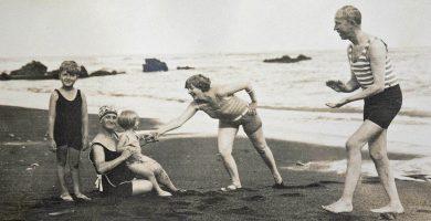 En la playa de Martiánez del Puerto de la Cruz, de izquierda a derecha, Hans (hijo), la enfermera Deda, Helga, Marle y Johannes. Año 1928. DA