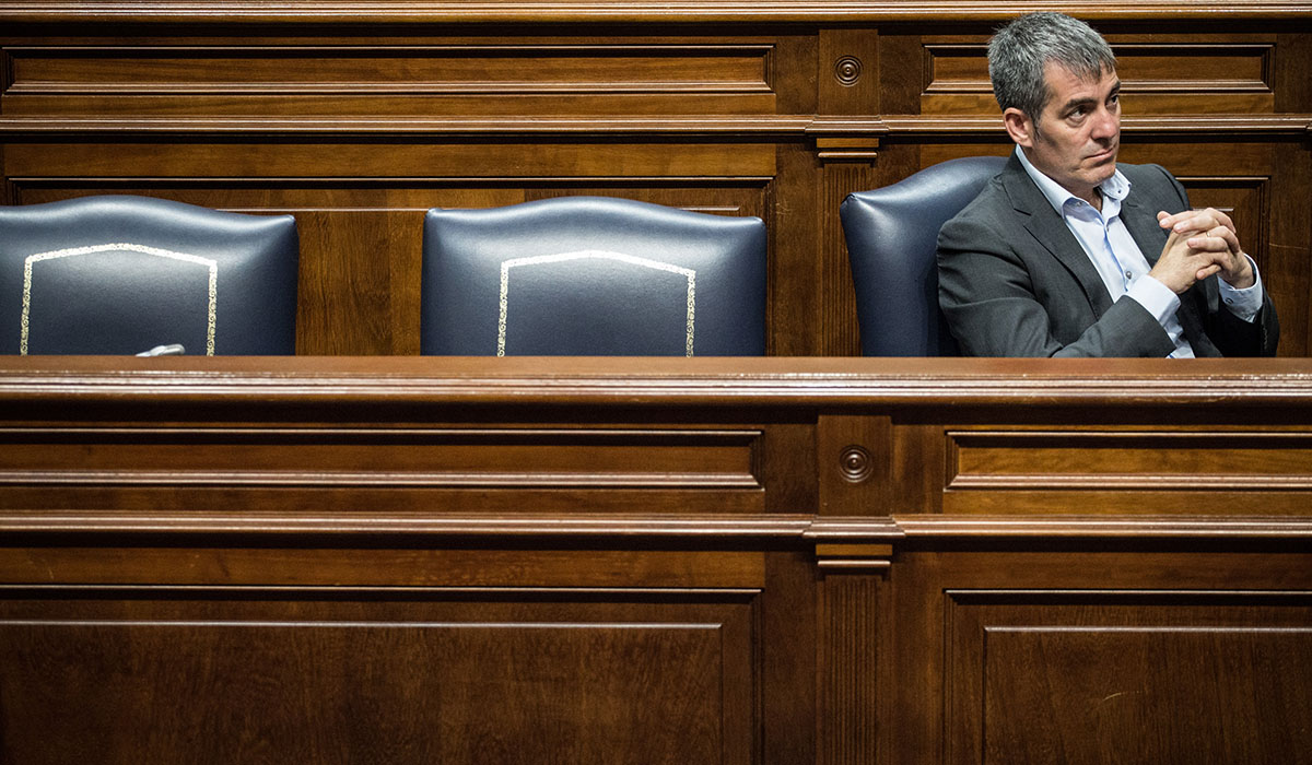 Clavijo (en la foto, en su escaño del Parlamento) está aforado, por lo que el caso Grúas ha pasado al TSJC. A. G.