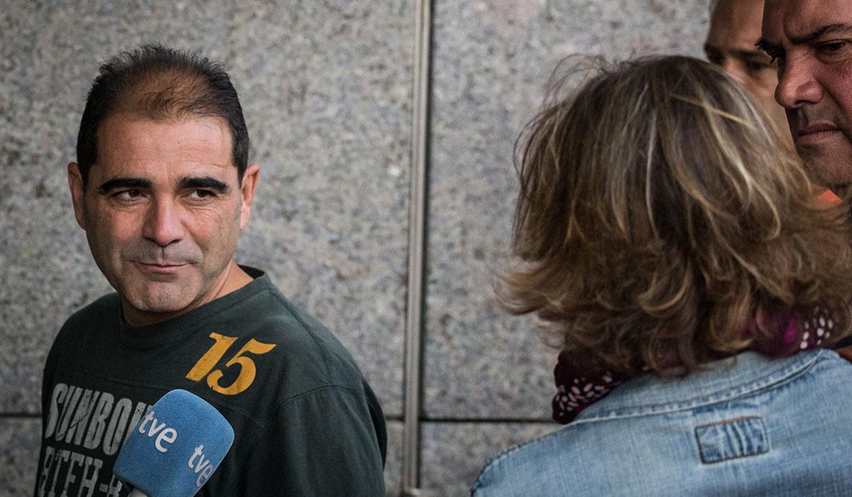 A la izquierda, Esteban Hernández, justo antes de prestar declaración en un juzgado de La laguna el pasado día 21. Andrés Gutiérrez