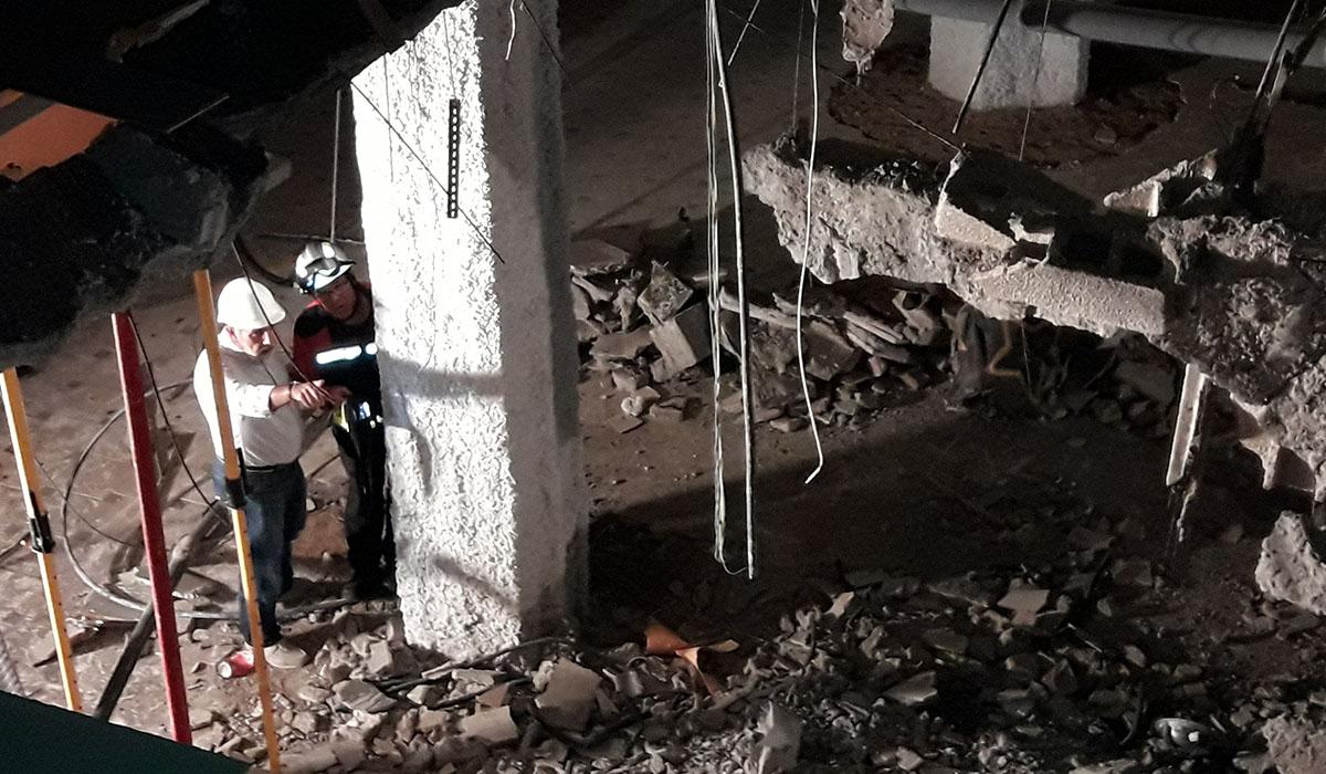 Zona del hundimiento de la discoteca; en la imagen, el alcalde de Adeje, Rodríguez Fraga, junto a uno de los bomberos voluntarios del municipio. Ezequiel Borges