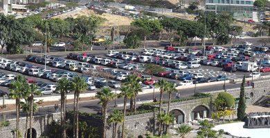 El aparcamiento del Parque Marítimo acogerá las marquesinas con placas solares y los aerogeneradores. S. M.