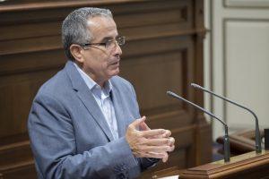 Mario Cabrera, en la tribuna de oradores del Parlamento de Canarias. / DA