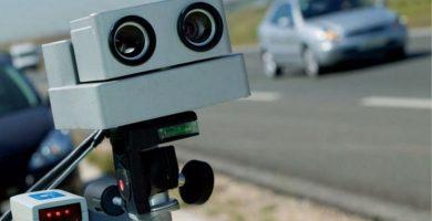 Radar fijo colocado en una carretera. / EE