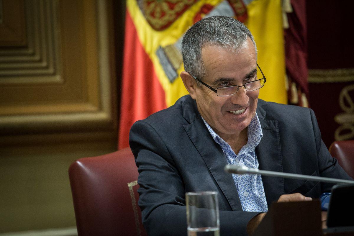 Mario Cabrera, en la Mesa del Parlamento de Canarias. / ANDRÉS GUTIÉRREZ